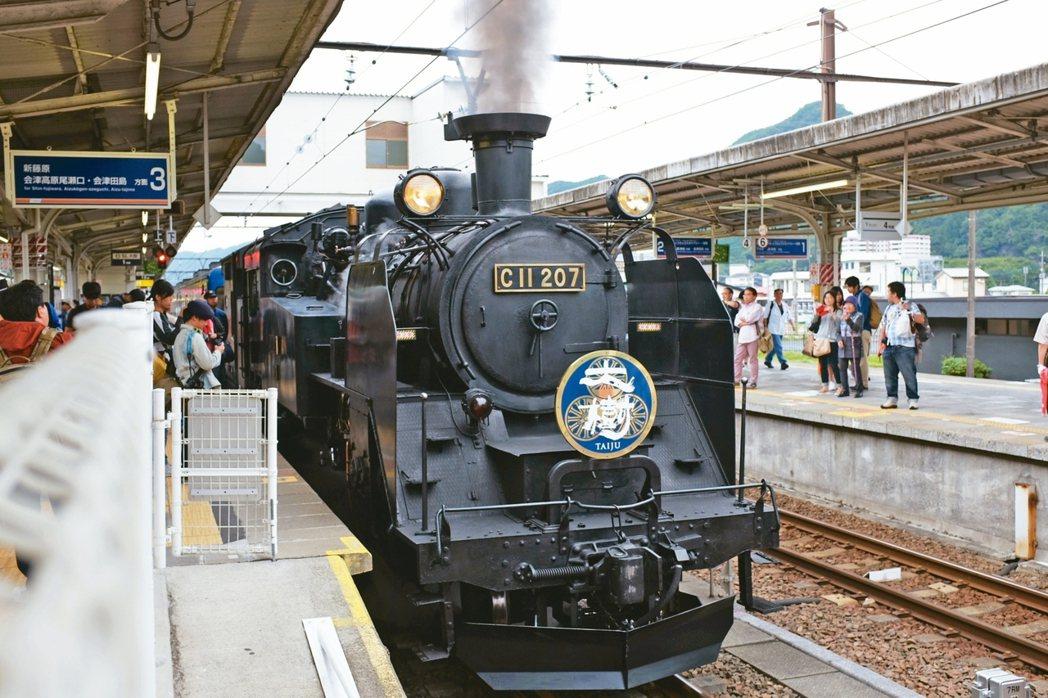 SL大樹號吸引不少旅客特地前來搭乘,回味舊時回憶。 記者沈佩臻/攝影