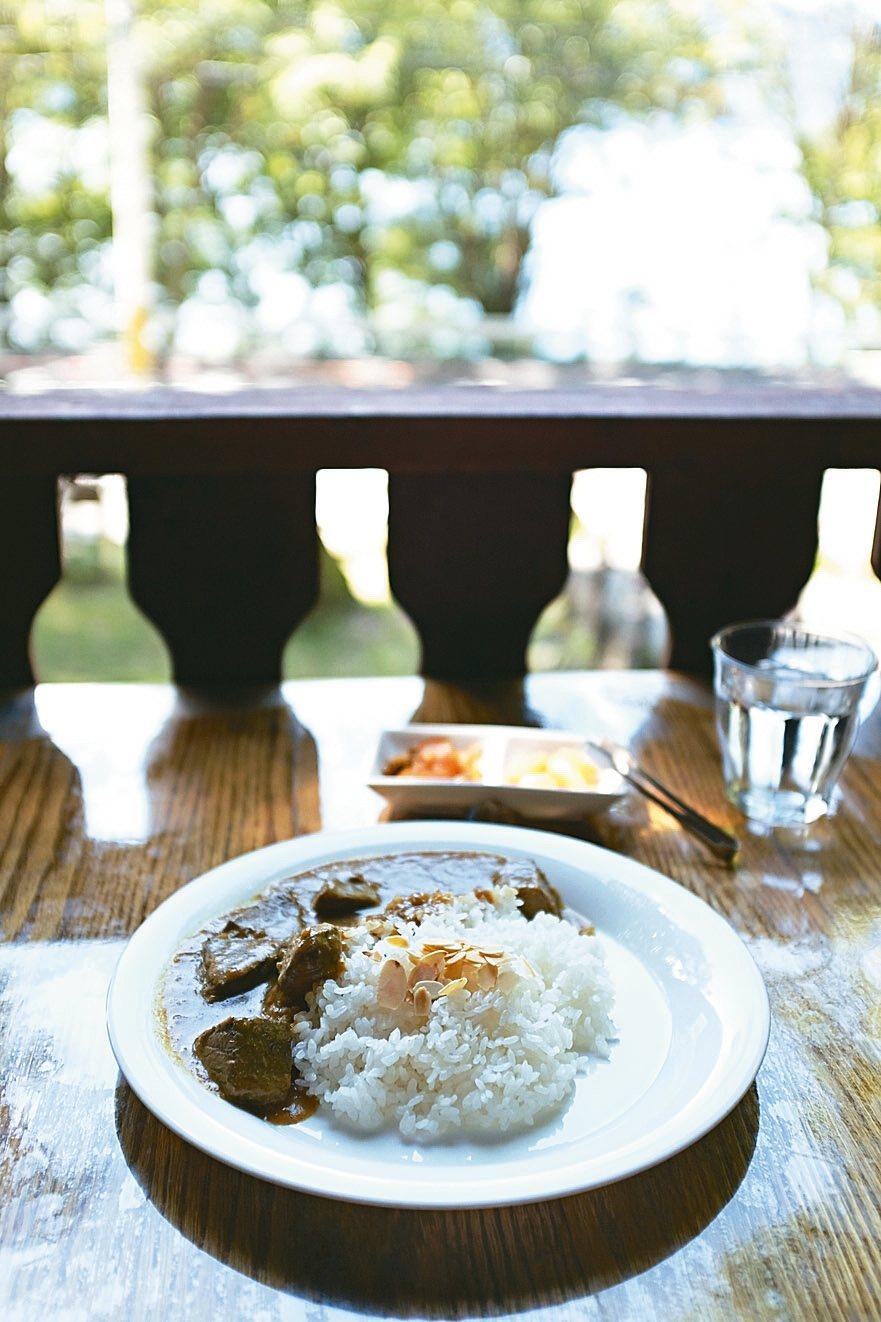 中禪寺湖旁森林餐廳YUKON主打百年風味咖哩。 記者沈佩臻/攝影