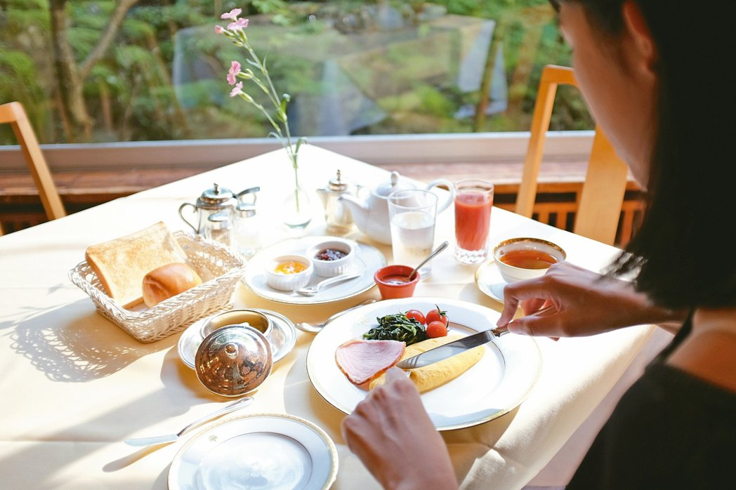 日光金谷飯店早餐可選日式或洋式,裝潢也融合和洋復古風格。 記者沈佩臻/攝影