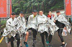 路跑/烏來馬拉松濕冷 跑者不怕:明年再來