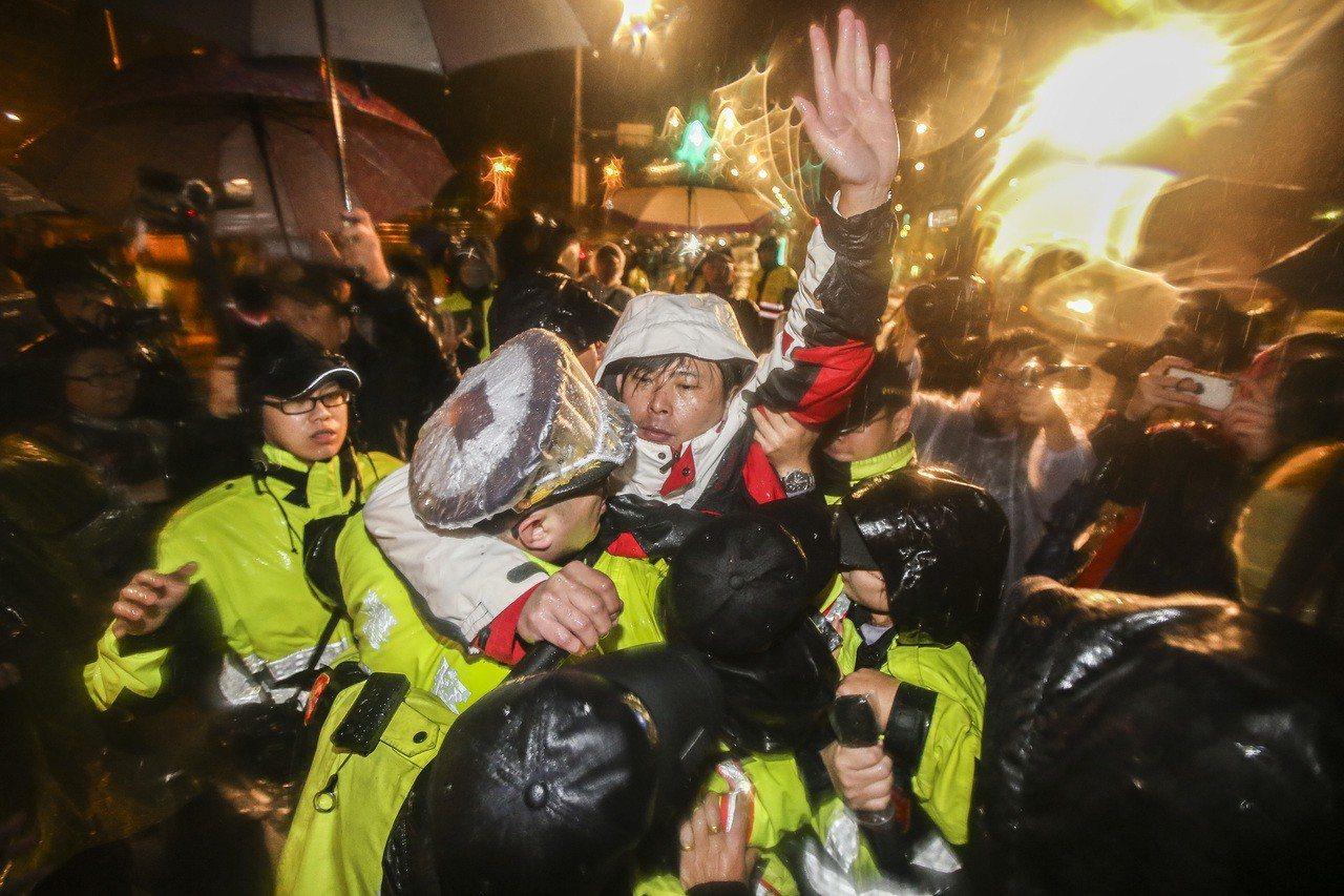 凌晨近百名警力將現場委員與聲援人士強制驅離,並拆除總統府前帳棚。記者楊萬雲/攝影