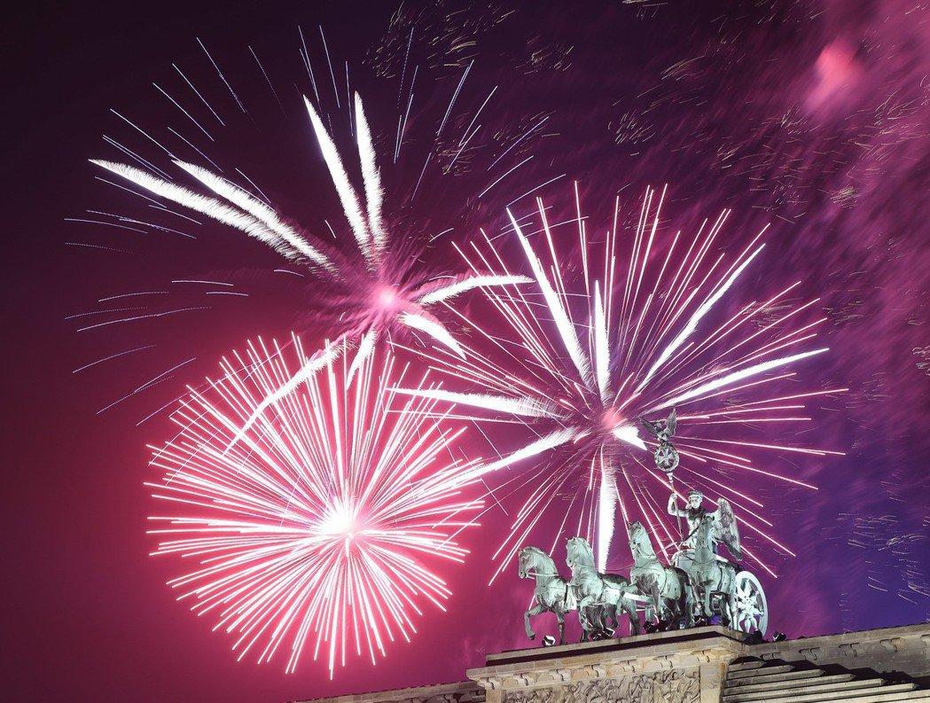 1月1日,煙花在德國柏林的勃蘭登堡門上空綻放,慶祝新年的到來。 新華社