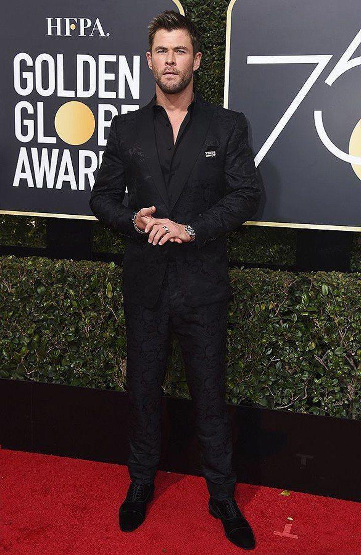 「雷神」克里斯漢斯沃就全套帶有緹花設計的西裝搭配黑色麂皮鞋站上紅毯,帶有幾分花花...