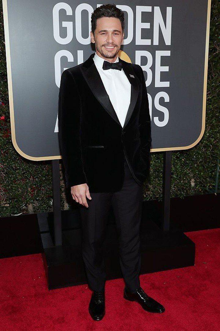 奪下本屆影劇類電影影帝的詹姆斯法蘭柯,穿了絲絨材質加上亮面大領片設計禮服,出席金...