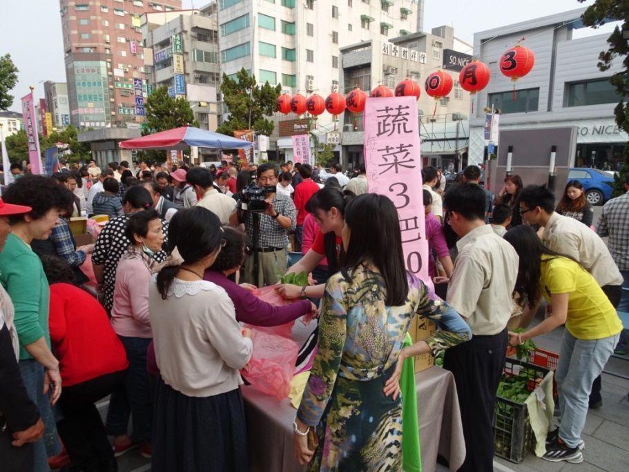 一年舉辦四檔「桃城法拍吉市」,有時會出現麵包、蔬菜等銅板價商品。 圖/行政執行署...