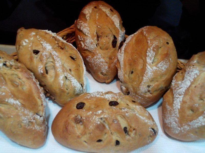 「桃城法拍吉市」有時會出現麵包、蔬菜等銅板價商品。 圖/行政執行署嘉義分署提供