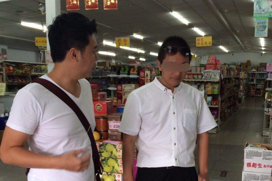 偷渡到金門的大陸男子溫起鋒(右),指自己被民進黨政府作為籌碼。 圖/金門查緝隊提...
