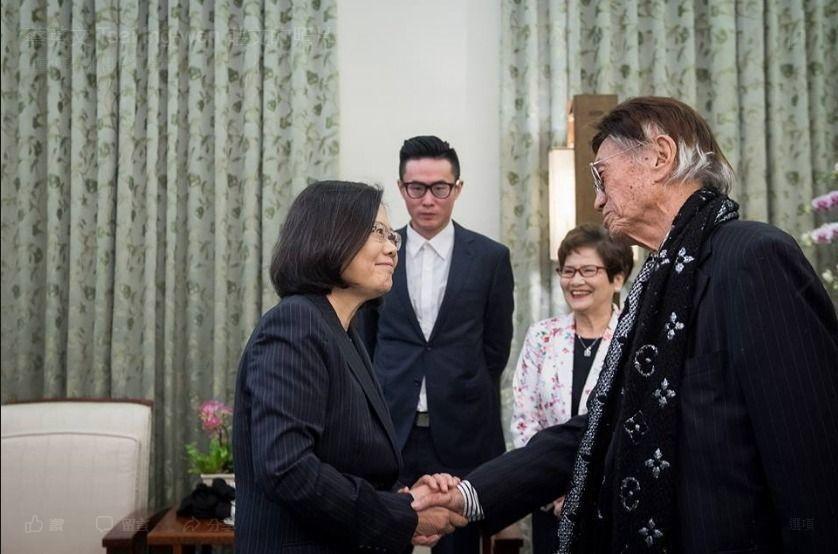蔡總統(左一)邀請前體育主播傅達仁(右一)到總統府相聚。 圖/取自蔡英文臉書