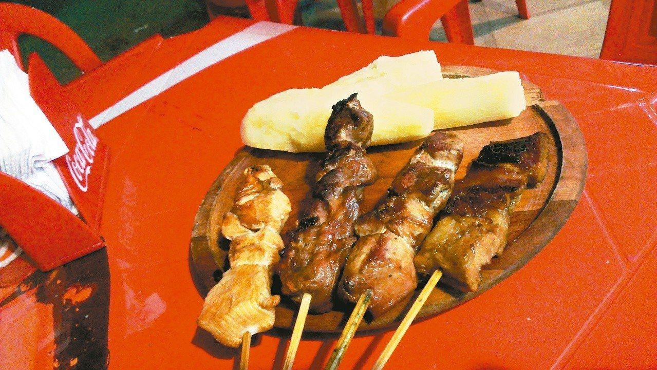 在巴拉圭,一般街頭的烤肉攤上也無限量供應顧客樹薯。 圖片提供/周育如