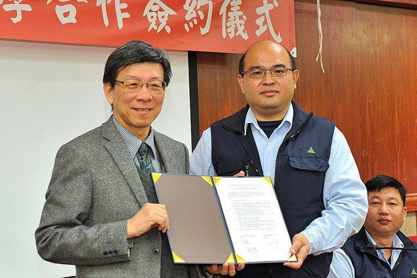 中華大學建築與設計學院院長張奇偉(左)與皇昌營造公司副總經理劉昭龍完成簽約,未來...