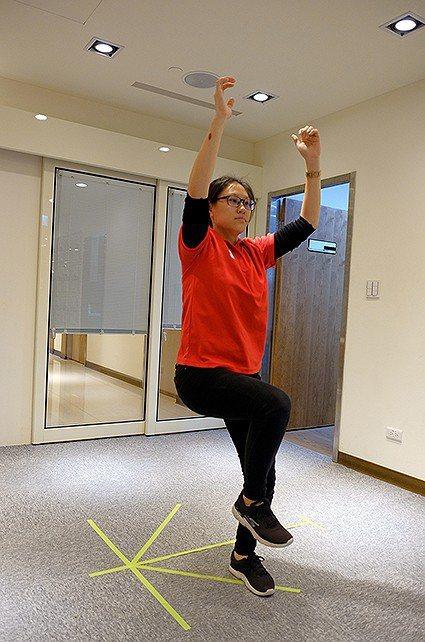 壢新醫院運動醫學中心物理治療師杜婉瑜示範左右側移跳躍。 壢新醫院/提供