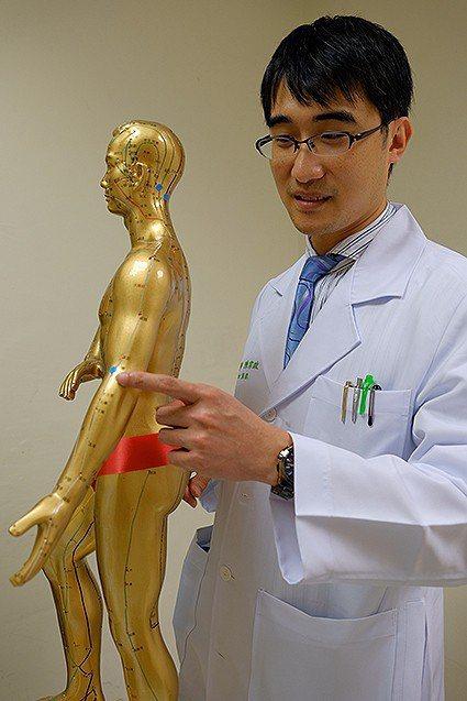 中醫科主任陳宗政說明暖身穴位按壓。 壢新醫院/提供