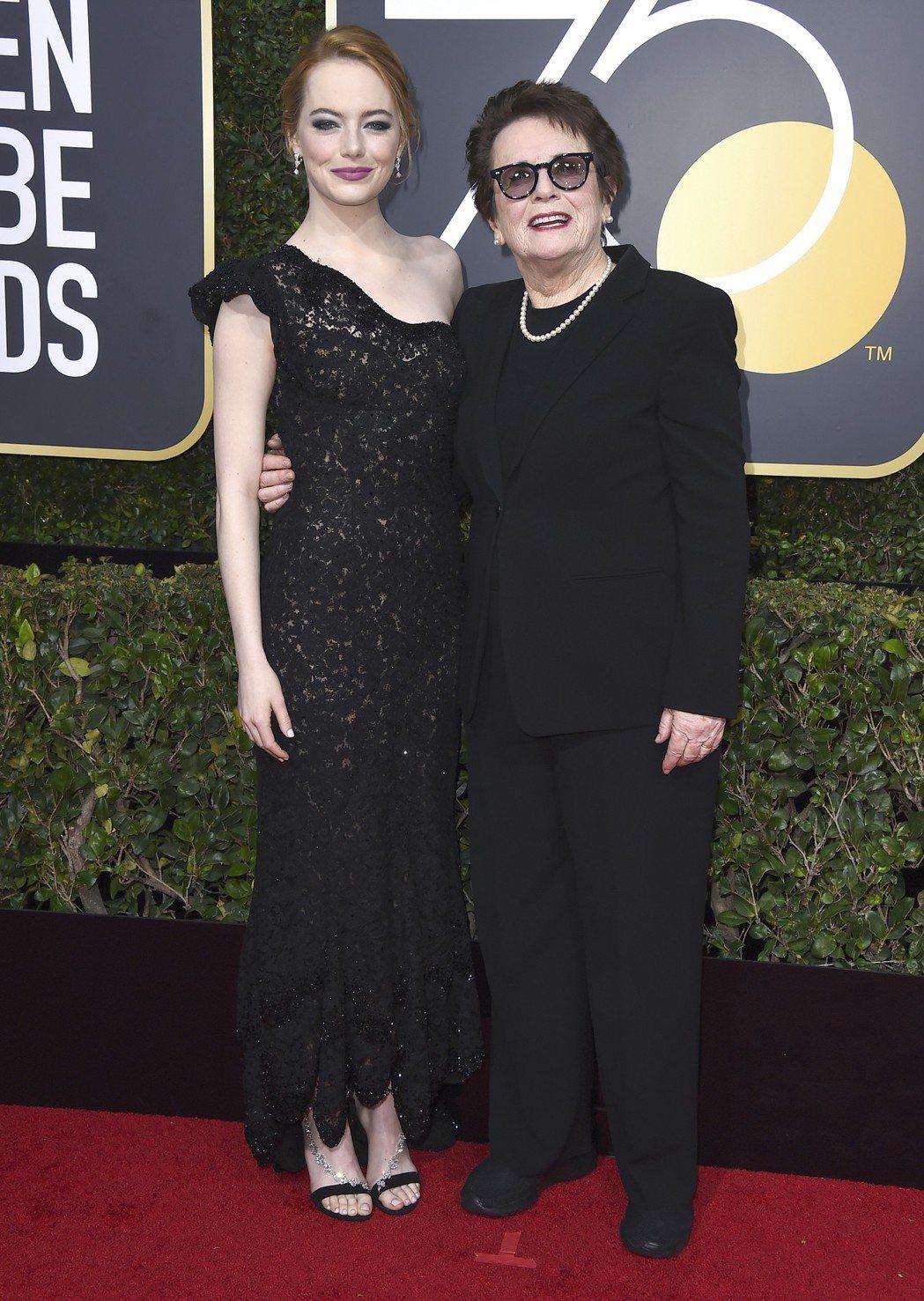艾瑪史東(左)現身金球獎紅毯。 圖/美聯社
