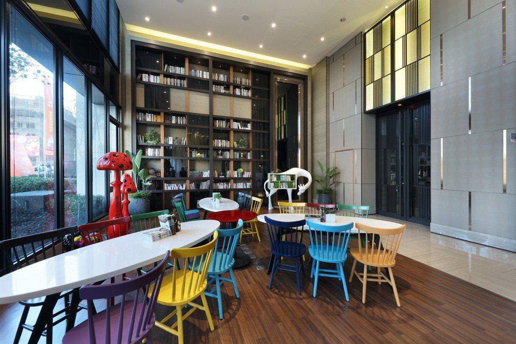 交誼暨小型會議空間,鮮明色調,使桌椅物件與裝置藝術融為一體。 圖片提供/京城建設