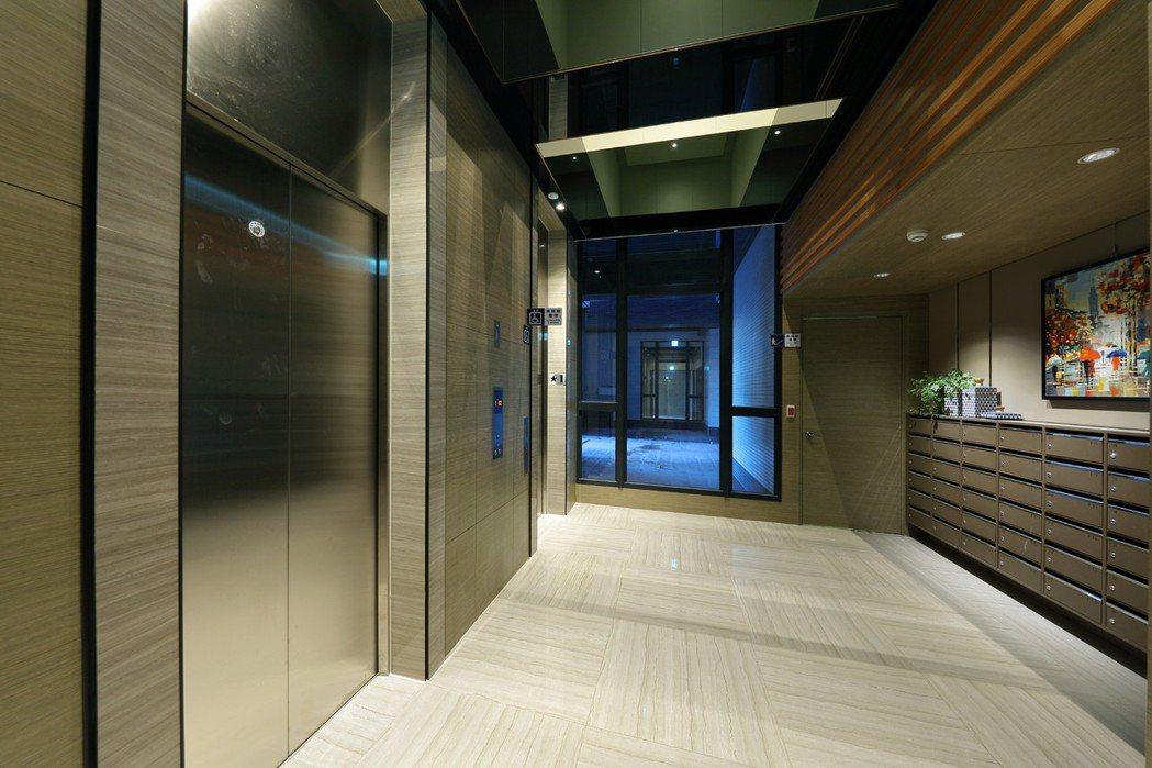 梯廳暨信件收發空間,素色、線條時尚簡約風格。  圖片提供/京城建設