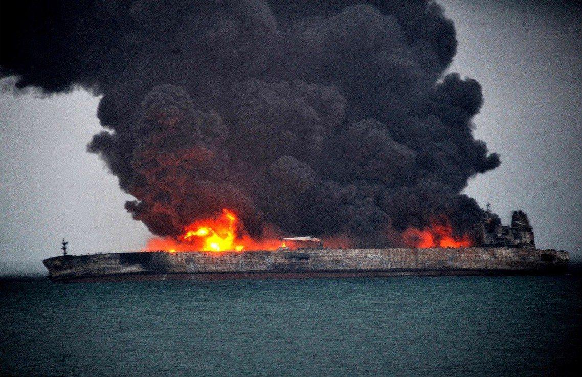 燃燒中的桑吉號。 圖/路透社