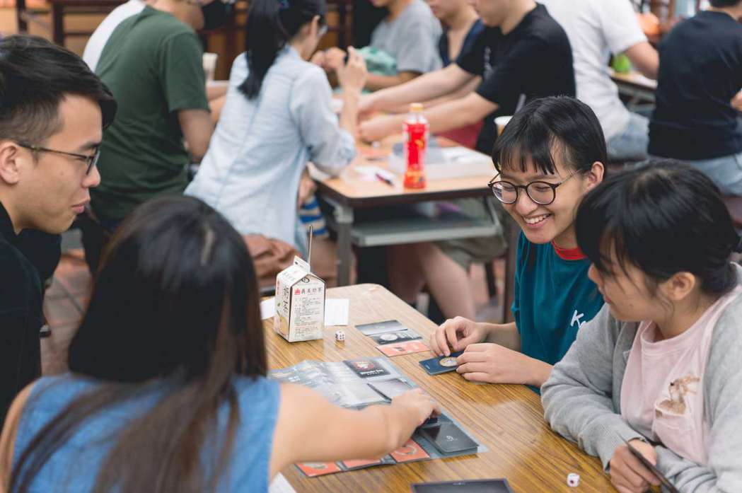 藉由大學生試玩會反覆測試、不斷豐富桌遊內容。 他群工作室/提供