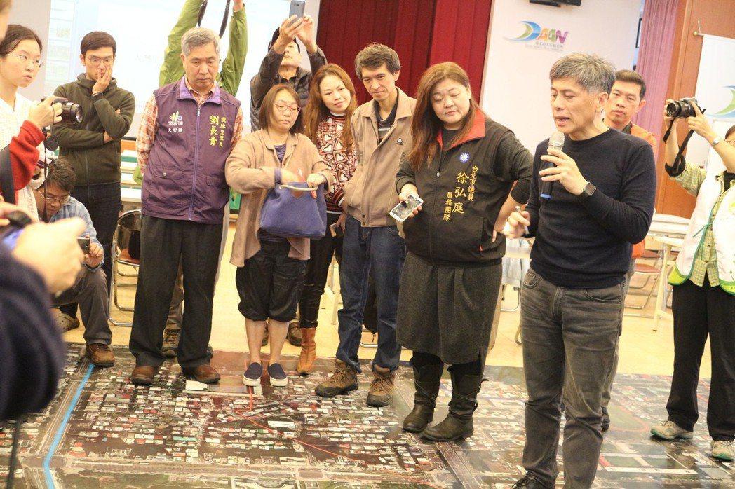 劉柏宏設計師說明以水圳為主的各種不同地景規劃風貌。 大安森林公園之友基金會/提供