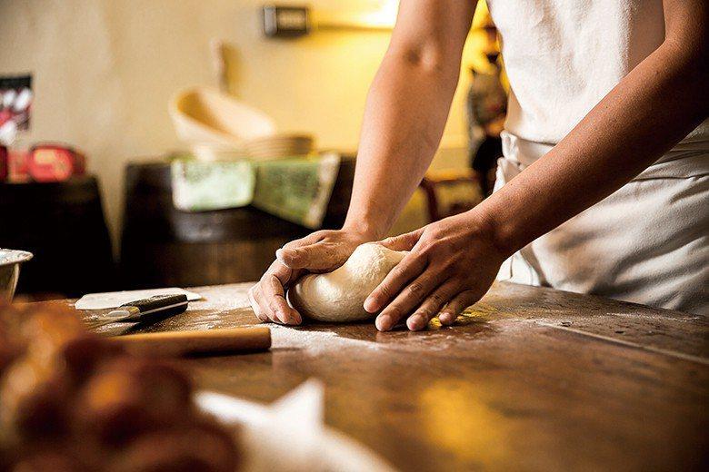 除了自己平時鑽研烘焙技藝,陳耀訓也會品嚐其他師傅的作品,觀察別人如何呈現食材風味...