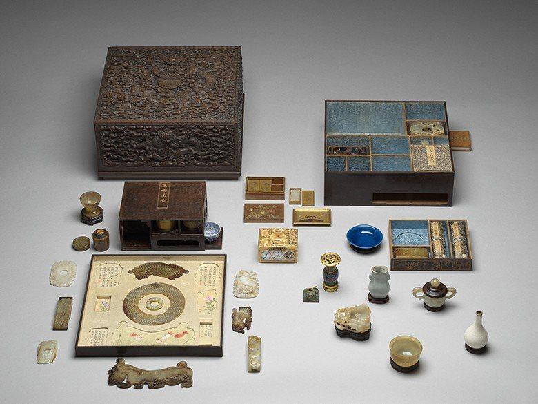 〈乾隆雕紫檀蟠龍方盒百什件〉開箱,內有許多乾隆悉心珍藏的寶物。