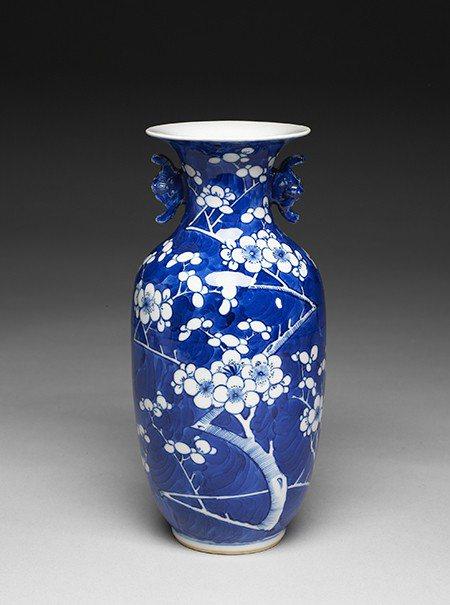 乾隆品牌的代表之一清官窯青花梅花蝠耳瓶,此冰梅紋是乾隆指定使用的紋樣之一。