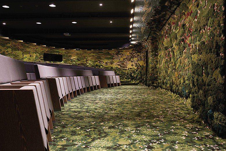 忠泰講廳的牆面以台灣山谷為靈感,更加入富有台灣自然意象的小花元素。