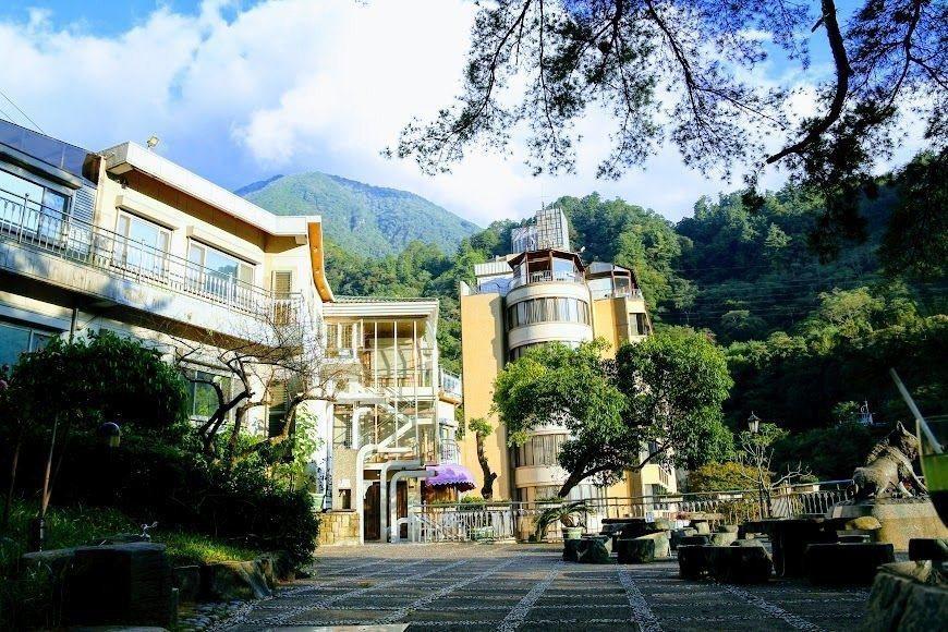神木谷假期大飯店庭園內佇立千年五葉松。圖/神木谷假期大飯店提供