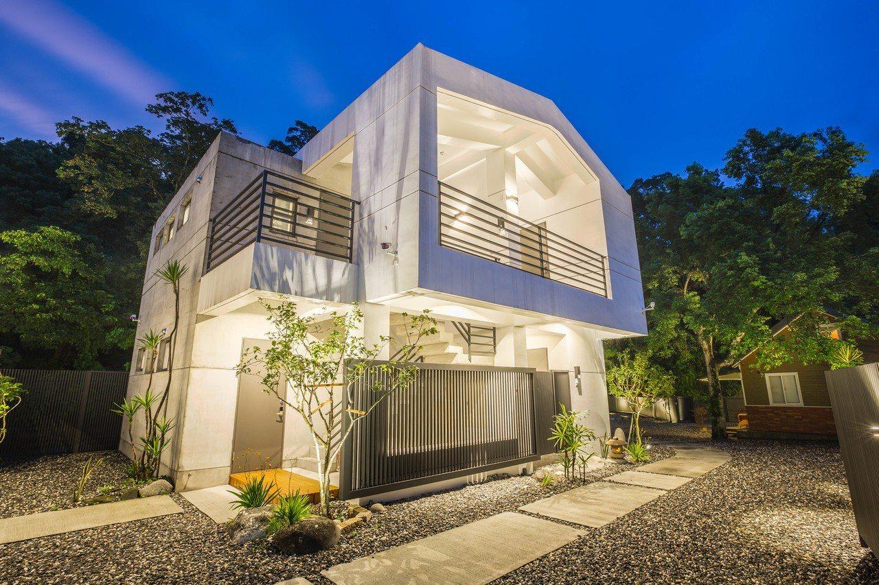 「瑞穗山下的厝」日式清水模風格建築實景。圖/瑞穗山下的厝提供。
