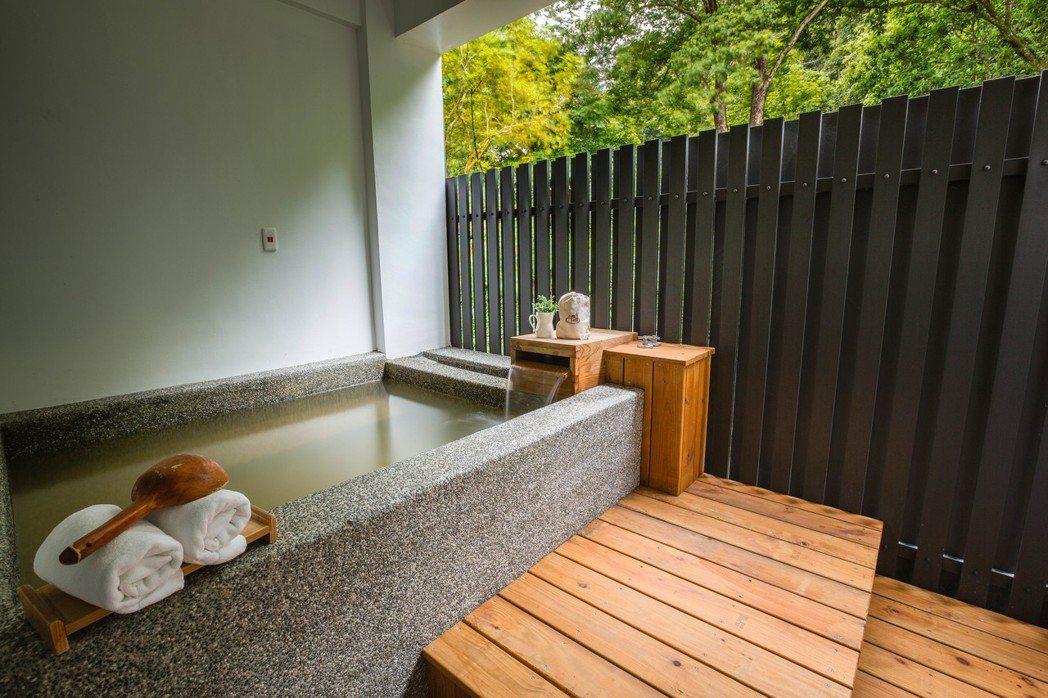 「瑞穗山下的厝」溫泉民宿半露天風呂。圖/瑞穗山下的厝提供。
