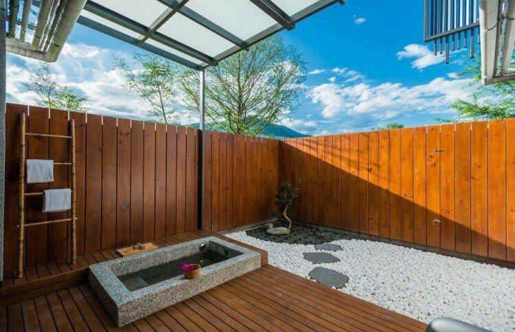 自然與隱私兼具的半露天風呂。圖/松邑莊園提供。