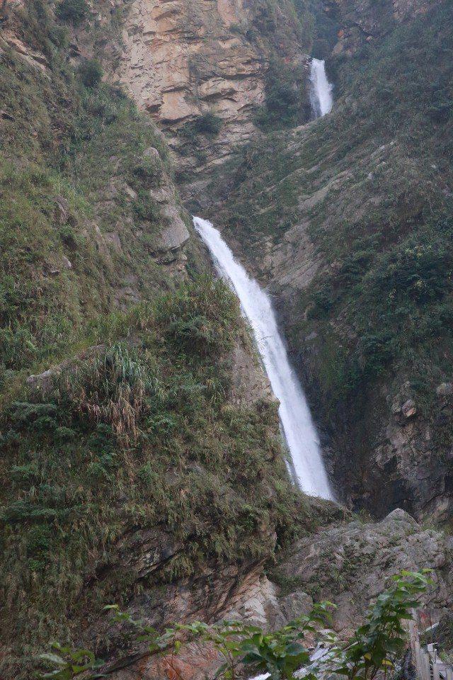 雙龍瀑布終年水量豐沛。(提供/信義鄉公所)