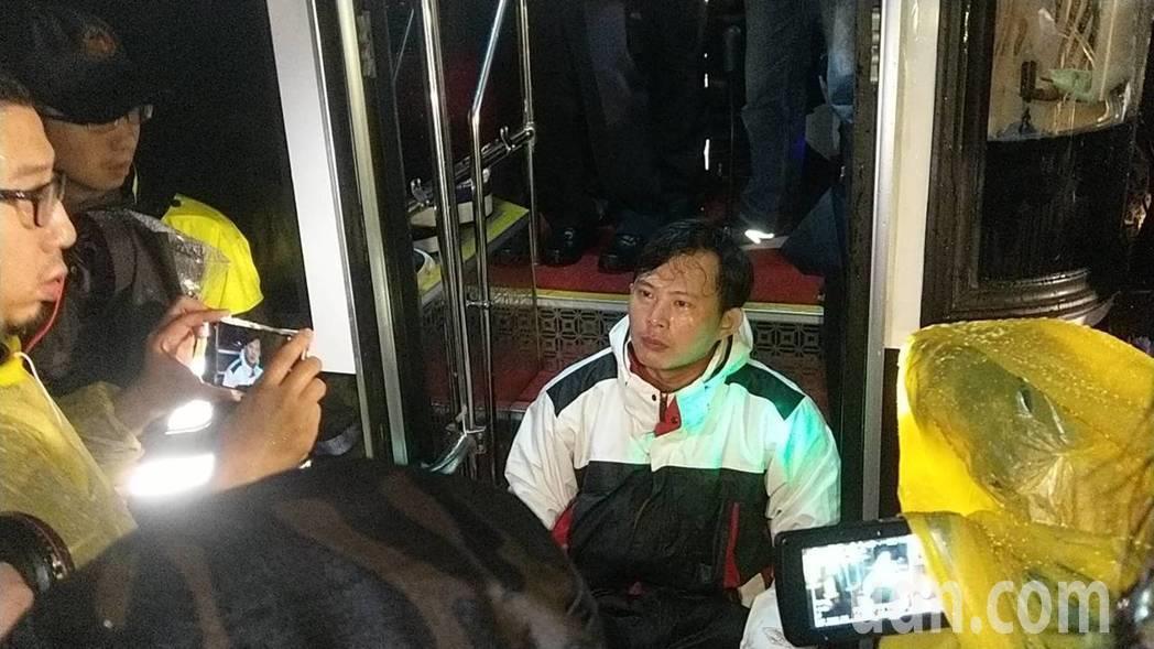 立委黃國昌一度坐在警備車的車梯上與警方僵持。記者廖炳棋/攝影