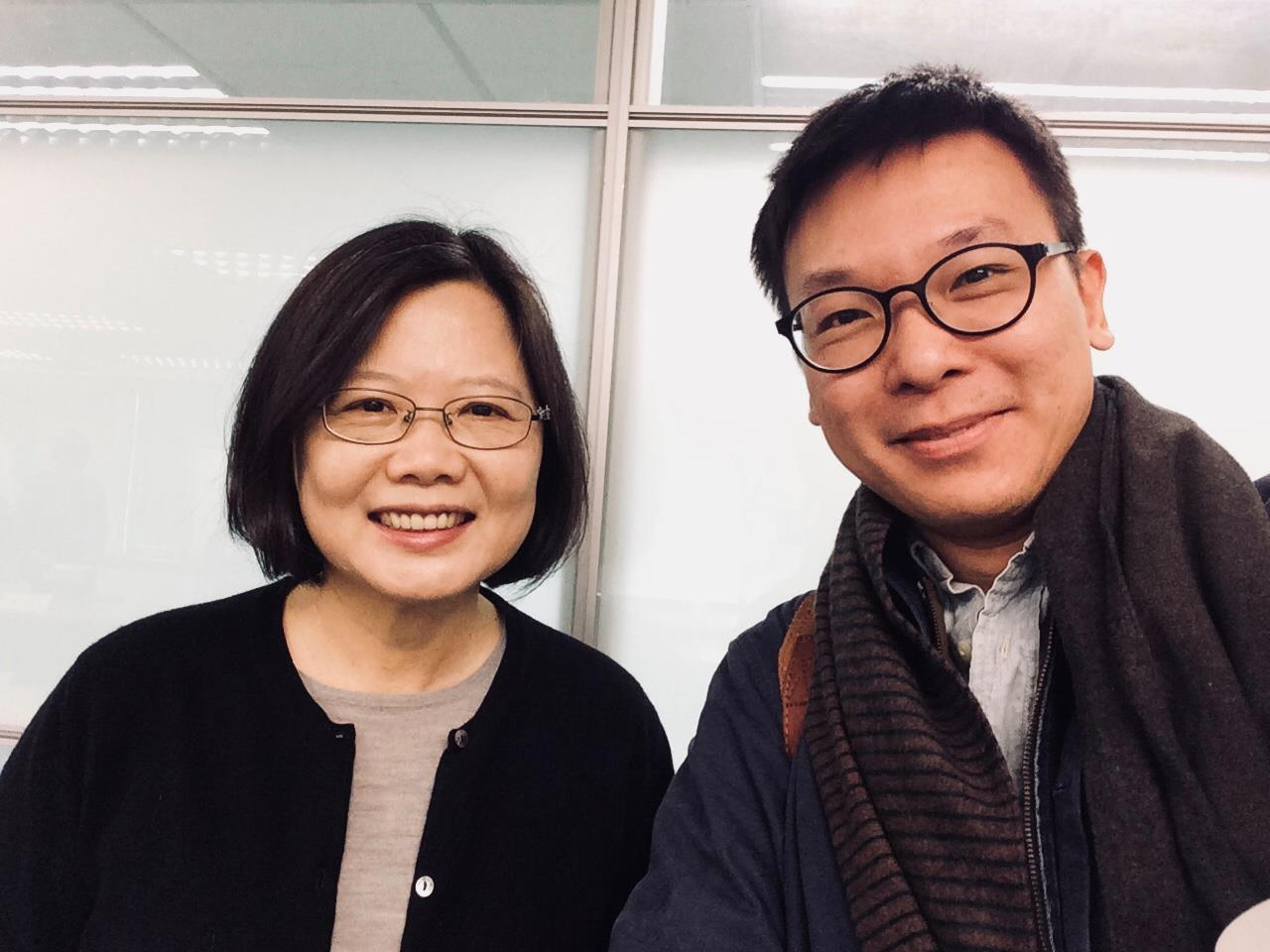 林�w帆�c蔡��y合照,他表示,�@��照片是2014年12月23日和公民��政���h推�勇�...