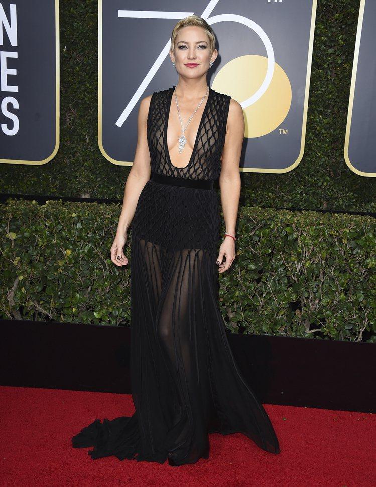 凱特哈德森選擇Valentino高級訂製網狀深V禮服配海瑞溫斯頓珠寶,若隱若現的...