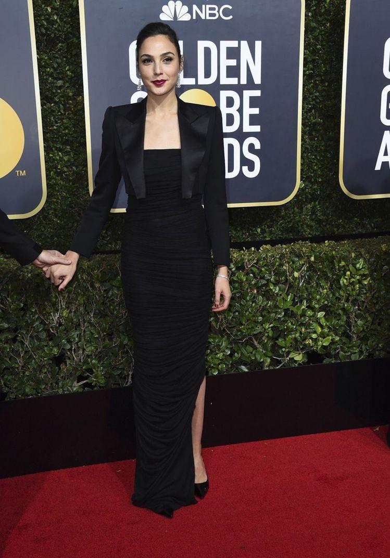 蓋兒加朵選擇Tom Ford的西裝式套裝禮服,以開衩裙擺混搭帥氣性感。圖/美聯社