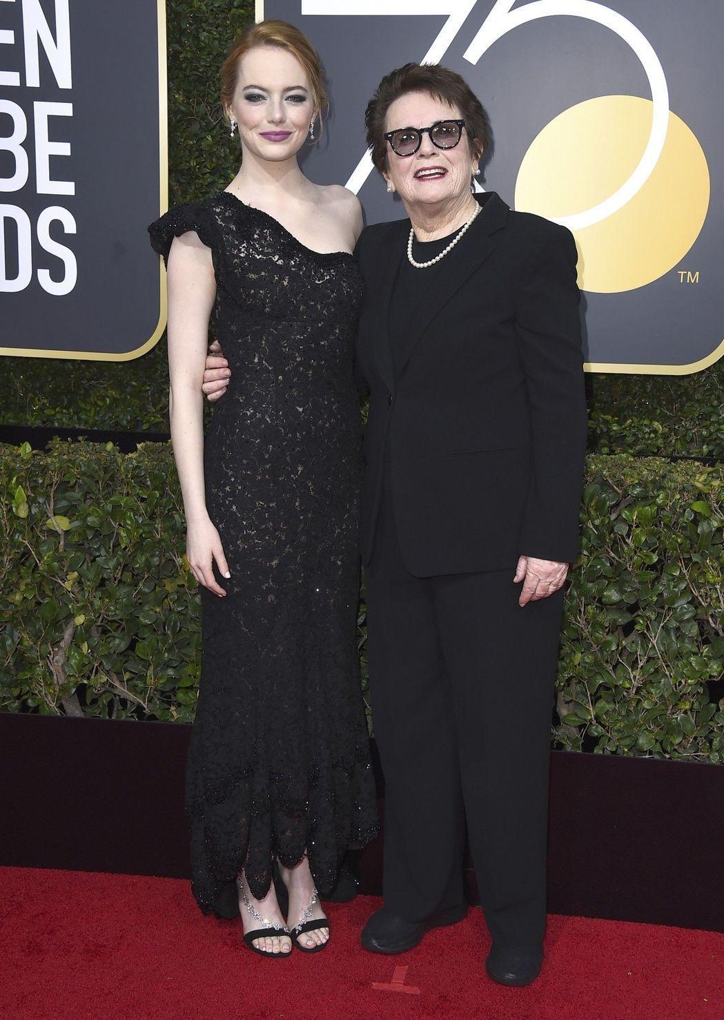 艾瑪史東穿上Louis Vuitton的禮服與Billie Jean King一...