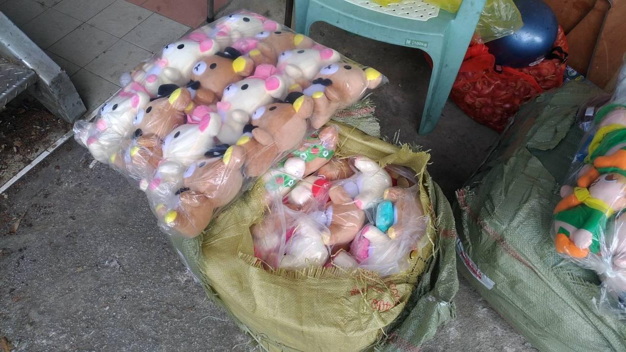 警方查獲大量拉拉熊玩偶。記者江孟謙/翻攝