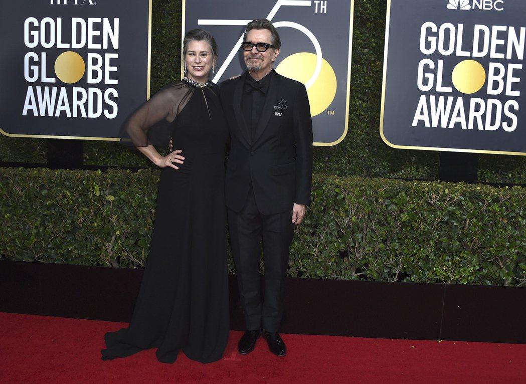 蓋瑞歐德曼(右)拿下金球獎戲劇類最佳男主角。圖/美聯社