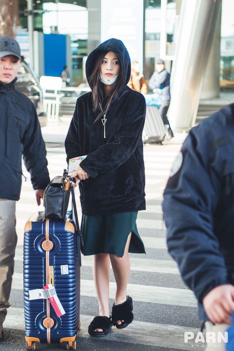 周子瑜4日飛回韓國卻被眼尖的歌迷發現換新的行李箱,還是台灣在地品牌萬國通路的行李...