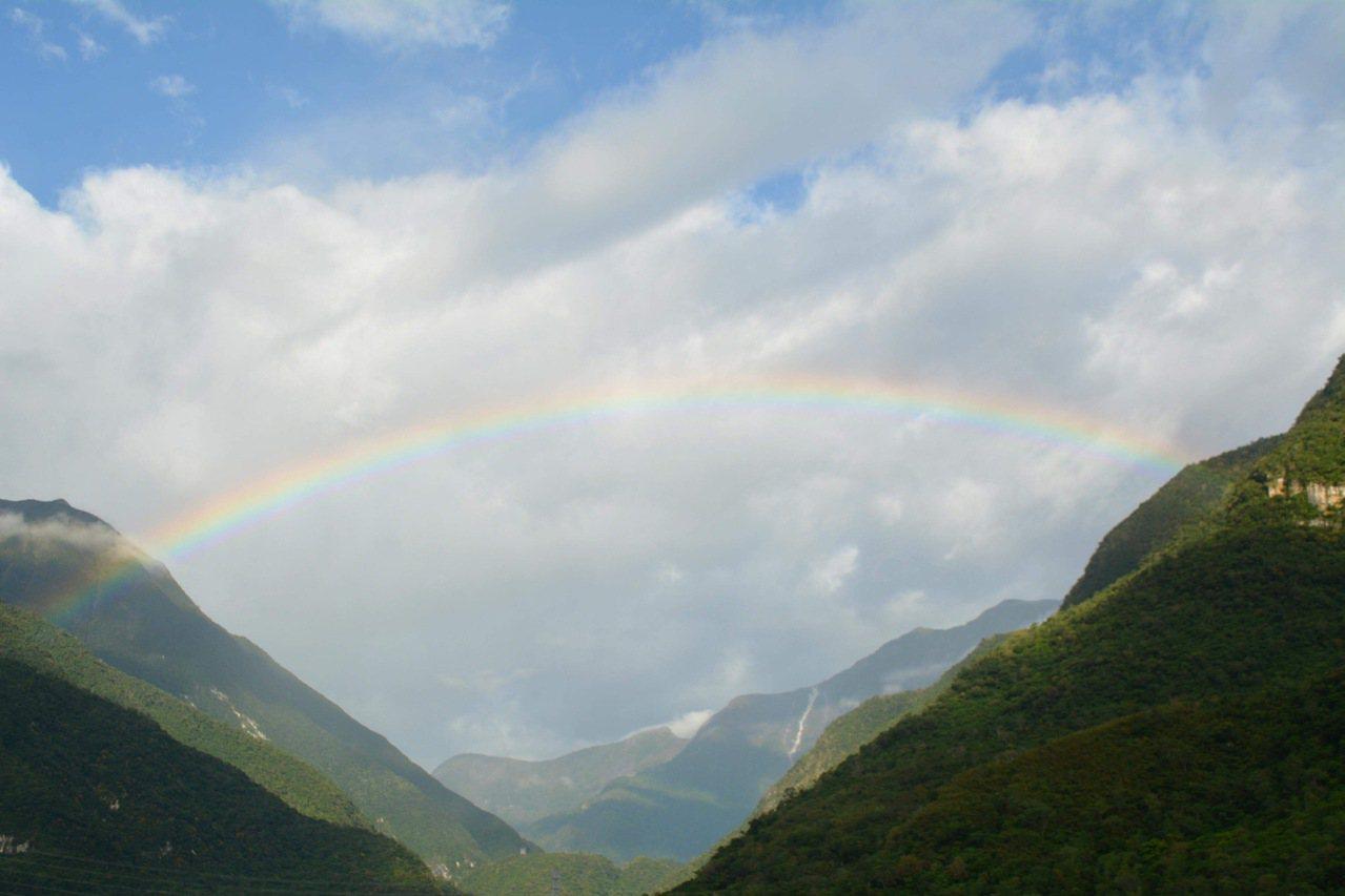 太魯閣山區出現彩虹掛天邊美景,看到的民眾拍下美景。圖/賴姓民眾提供