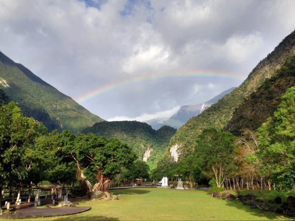 太魯閣山區出現彩虹掛天邊美景。圖/翻攝太魯閣國家公園臉書