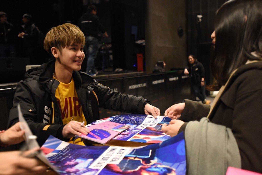 鼓鼓演唱會後與歌迷邊簽邊聊跨過十二點。圖/相信音樂提供