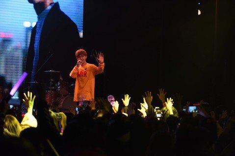 鼓鼓於1月6日在上海舉辦「MAKE IT REAL可以唷」演唱會,7日則飛奔回台,擔任五月天演唱會暖場嘉賓,他一連演唱3首暢銷歌曲,冒著大雨邊跳邊唱,然而好久不見的「MP魔幻力量」主唱廷廷(蕭秉治)...