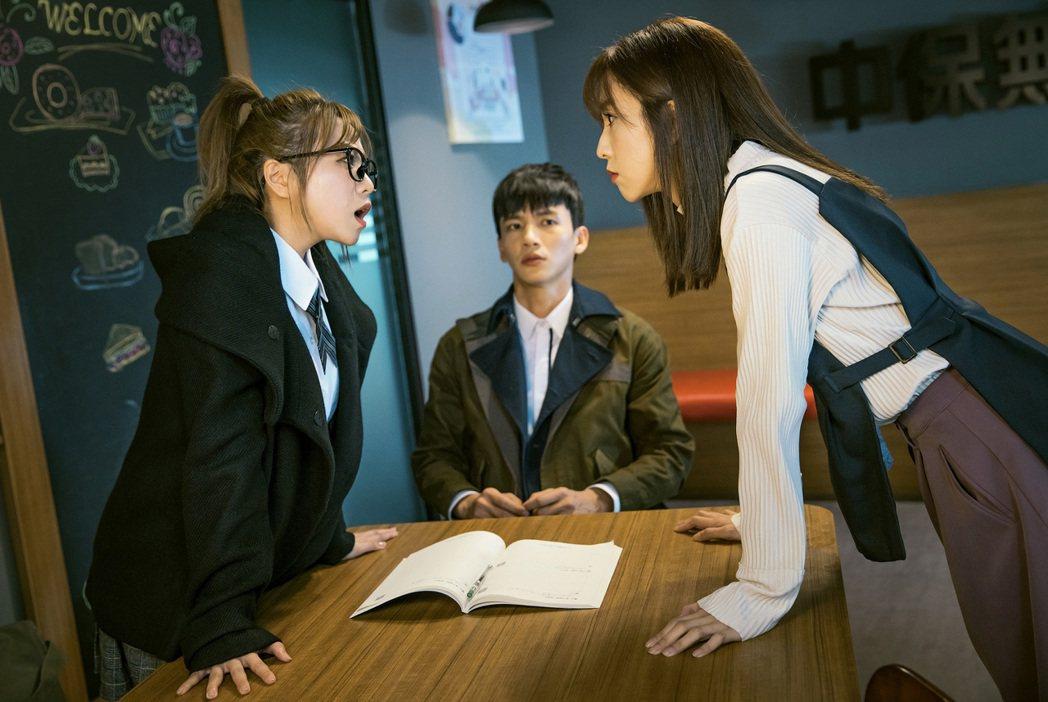 曹晏豪(中)與周曉涵(右)、鄭茵聲都有吻戲。圖/台視提供