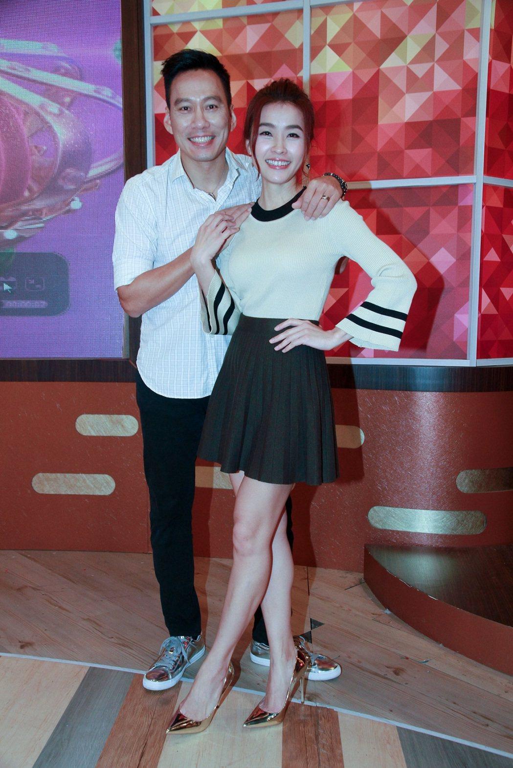 小嫻(右)和艾力克斯錄衛視「一袋女王」。圖/衛視中文台提供