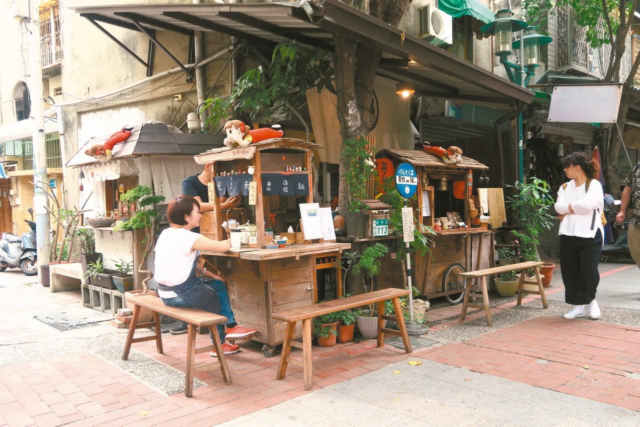 商圈內的木造攤車,販售杏仁茶、麻辣魚蛋等小吃。 記者陳睿中/攝影