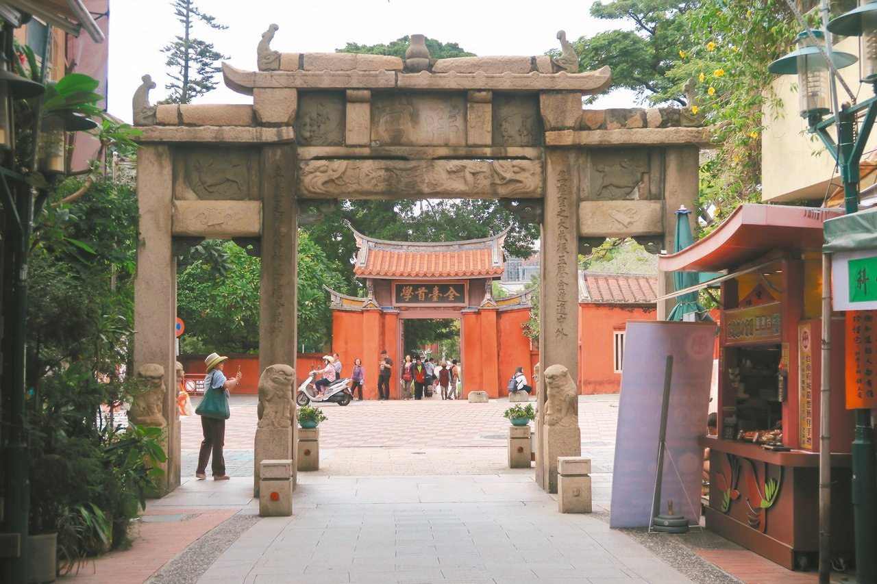 位於「全台首學」匾額對面的府中街,乃是孔廟商圈的重點地段。 記者陳睿中/攝影