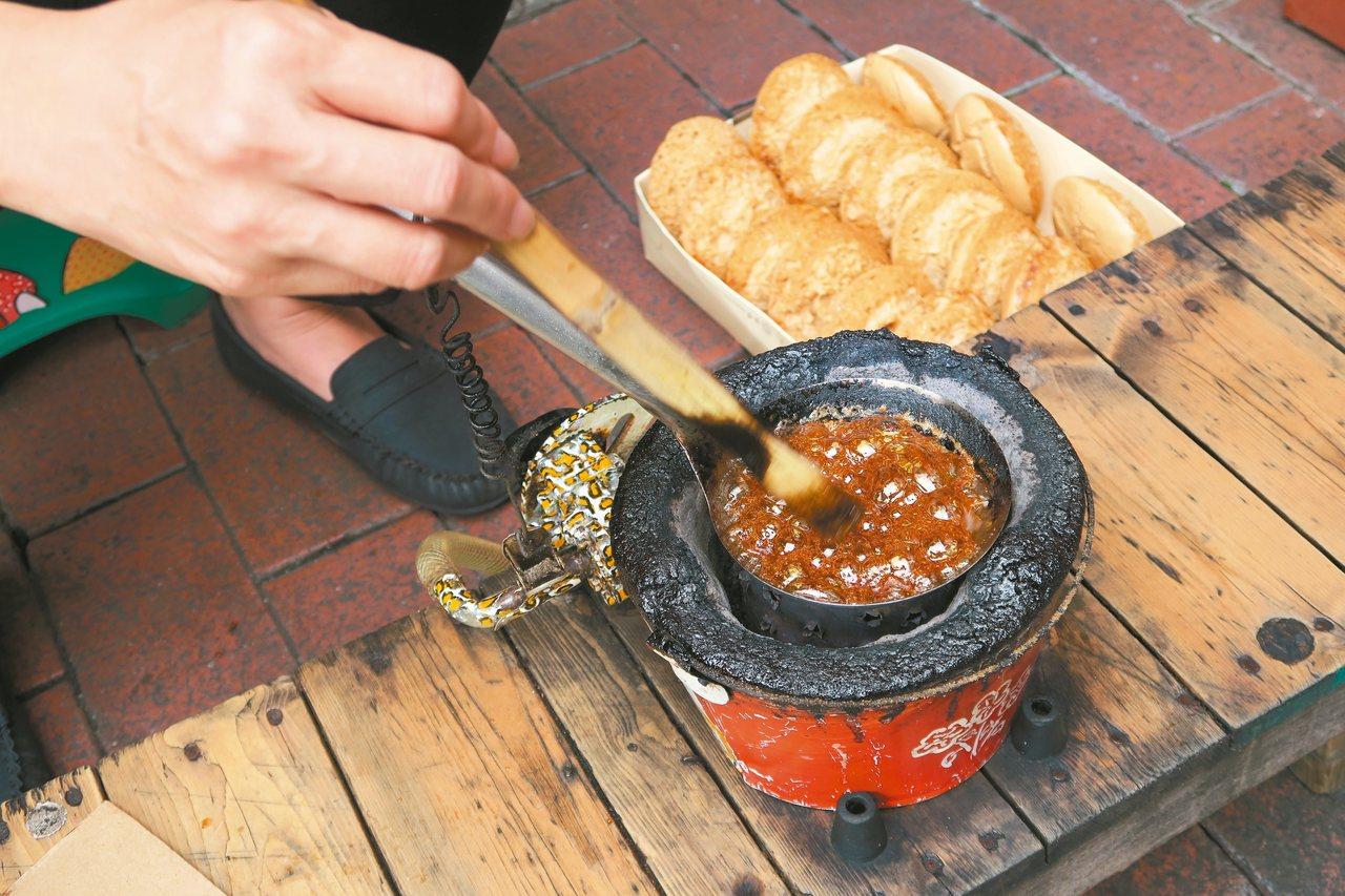 小火爐上熬煮的糖漿,經冷卻膨脹即可成為椪糖。 記者陳睿中/攝影