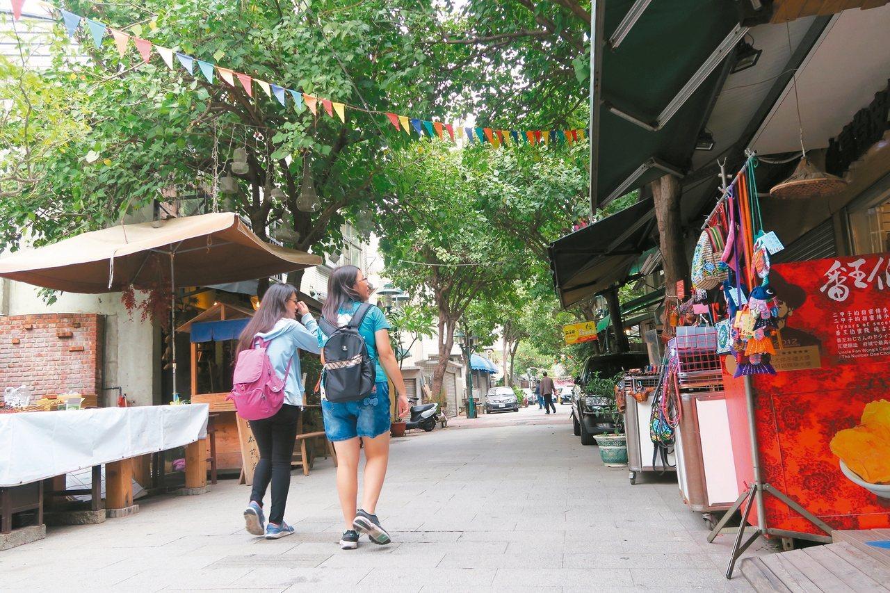 綠蔭蓋頂的府中街,逛起來舒適。 記者陳睿中/攝影
