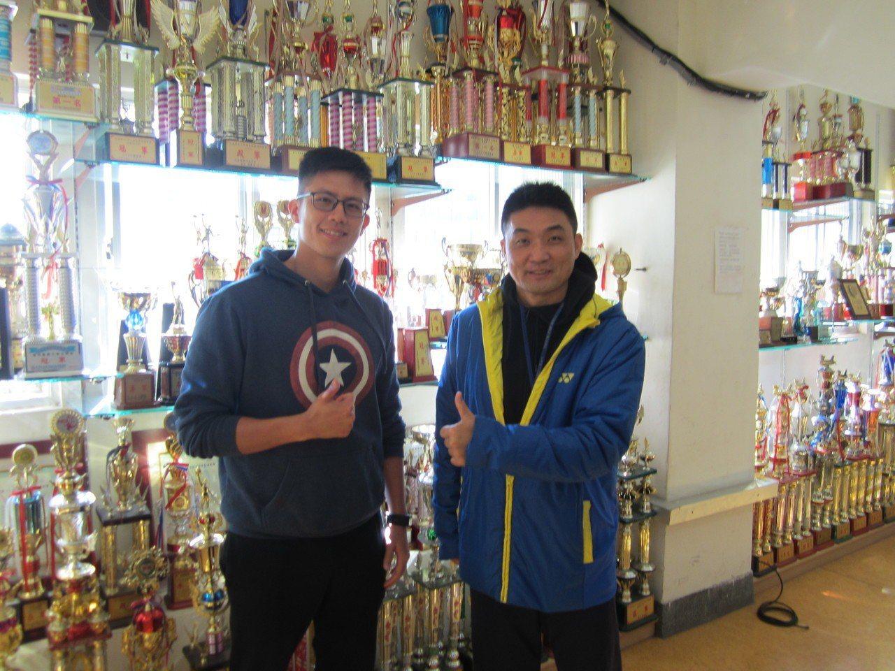 治平高中體育組長何威德(右)與籃球教練吳正賢,背後是運動獎盃牆。記者黃顯祐/攝影